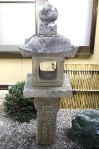 中庭に設置されたキリシタン灯籠